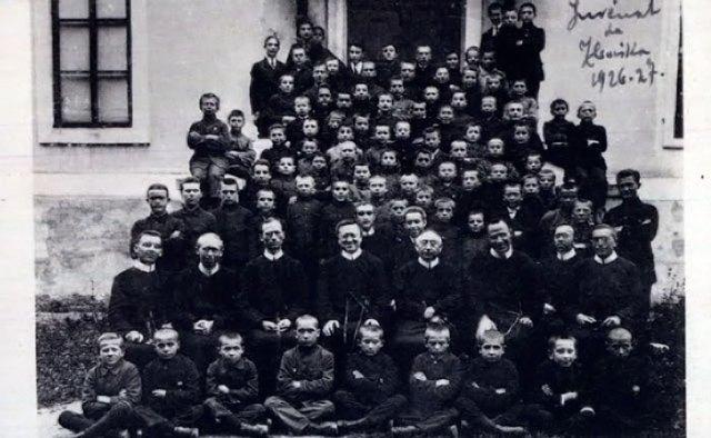 """Вихованці ювенату (малої семінарії) отців-редемптористів на Збоїськах, кінець 1920-х рр. - Фото: <a href=""""https://picasaweb.google.com/116226675049743659000/DsPjTJ"""">https://picasaweb.google.com/</a>"""