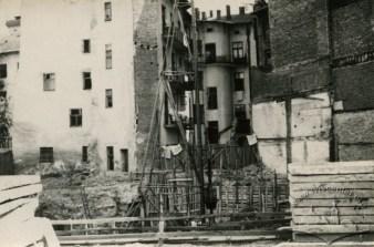 Розбирання зруйнованих військовими парадами будинків на проспекті Свободи. Фото 1962 року