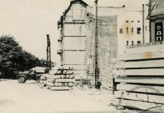 Будівництво нового будинку на місці зруйнованих парадами кам'яниць. Фото 1963 року