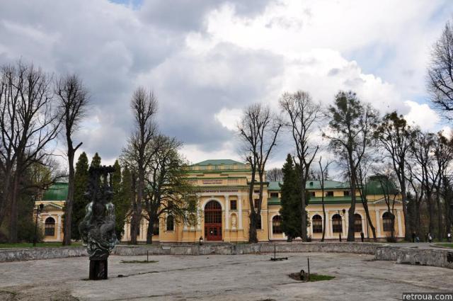 Сучасний вигляд палацу мистецтв на фоні зруйнованого фонтану