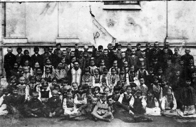 Отець Коверко з дітьми села Бродки