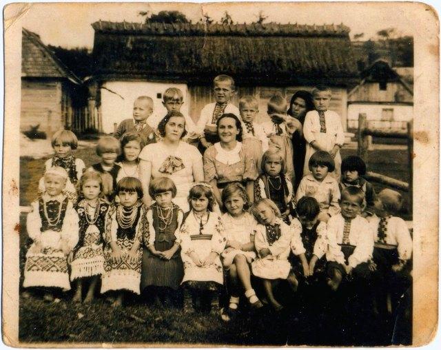 Дружина о.Коверка пані Ярослава (ліво) , вчителька від «Рідної школи» - Дуль Пелагія організаторка дитячого садка (захоронки)