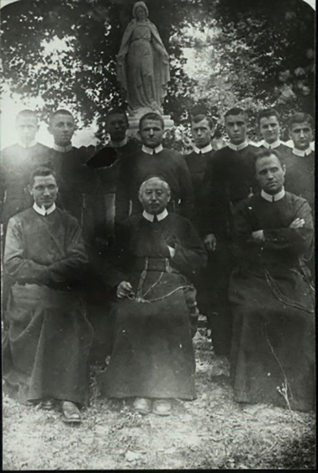 Отець Миколай Чарнецький (сидить праворуч) з отцем-протоігуменом Йосифом Схрейверсом (сидить посередині) та співбратами по чину, 1920-ті рр. - https://picasaweb.google.com/116226675049743659000/ebfiPJ