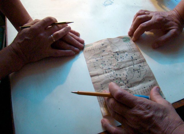 Ігор Принада та Юрій Лукомський відтворюють карту Святовитового поля. Фото: Ксенія Янко