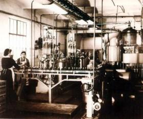 Всередині фабрики алкогольних виробів родини Бачевських. Фото 1920-х років