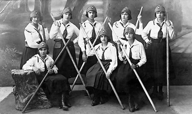 Пластунки гуртка «Соловій» , 1920-ті рр. Друга зліва стоїть Мері Бек – студентка приватної Коломийської жіночої гімназії УПТ (зі сайту http://incognita.day.kiev.ua/ledi-z-pershix.html)