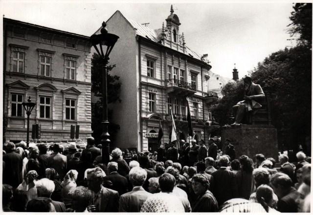 Відкриття пам'ятника Михайлу Грушевському у Львові, 12 червня 1994 року. Фото В. ГУменюка (фонди Державного меморіального музею Михайла Грушевського у Львові)