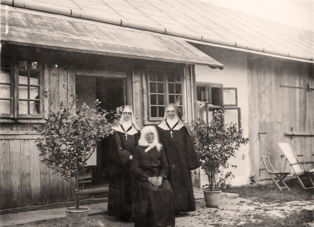 Перший монастирський будинок збудований на Берегах.