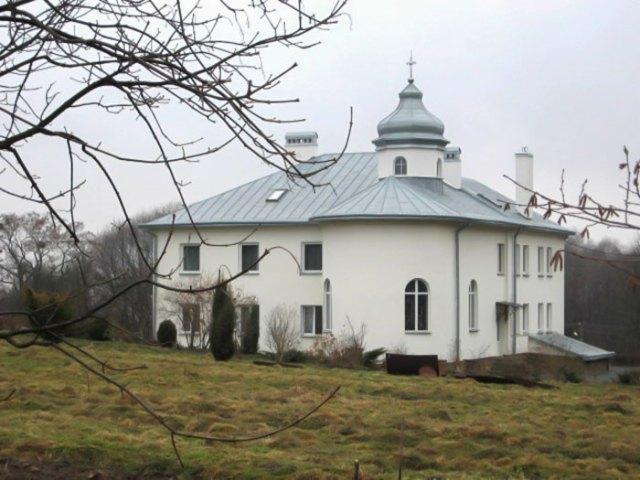 Відновлений монастирський будинок на Берегах.
