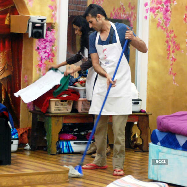 Kamya And Apurva Busy In Diwali Cleaning Of The Bigg Boss House.