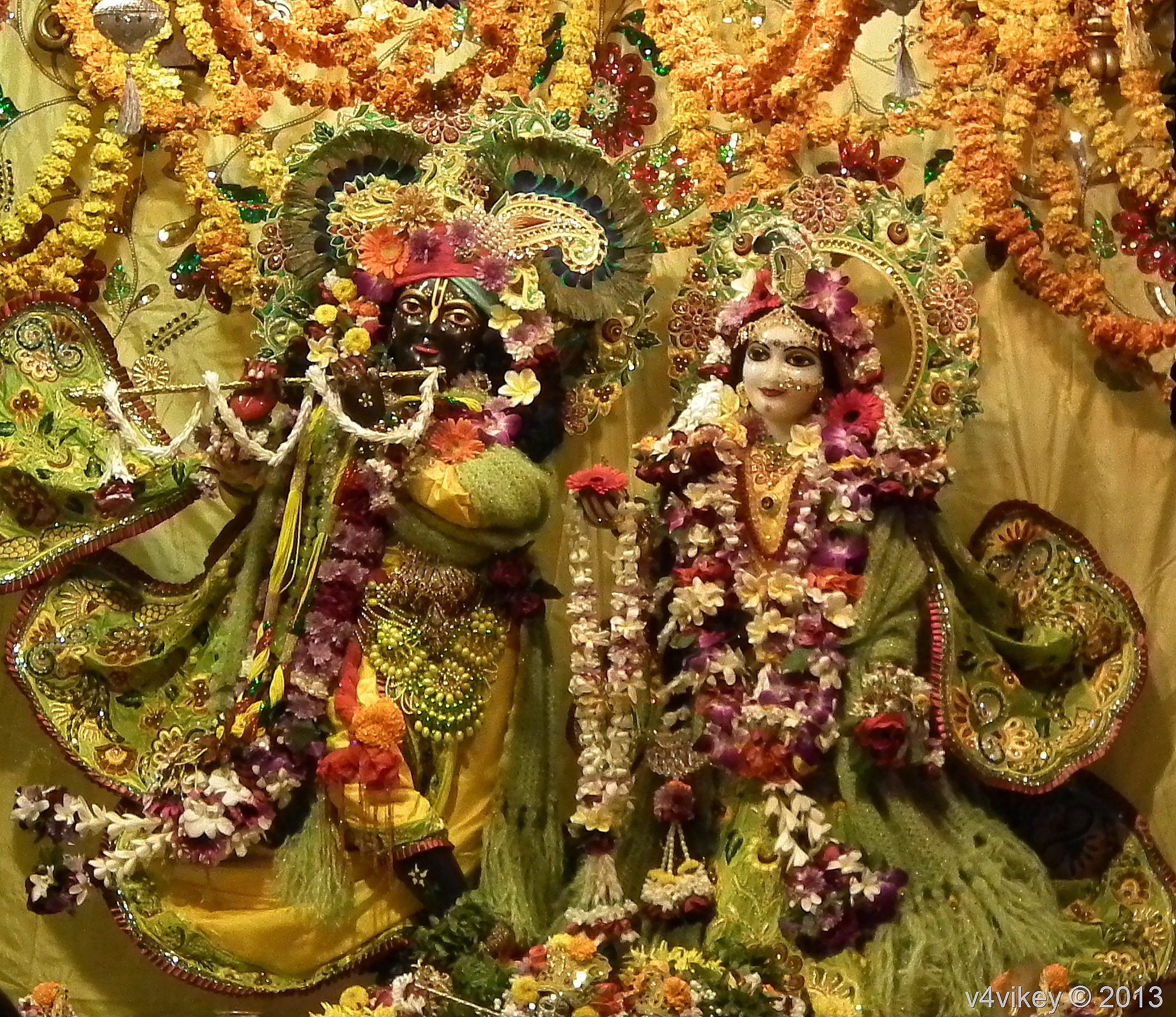 Lord Krishna With Gopis 3d Wallpaper Sri Sri Radha Shyamasundara Statue Of Vrindavan Iskcon
