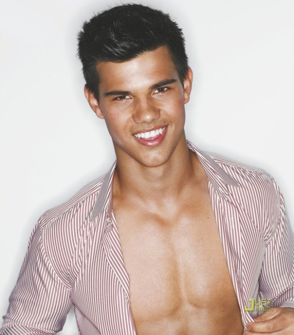 taylor-lautner-twilight-sourire-charmeur-regard-de-braise