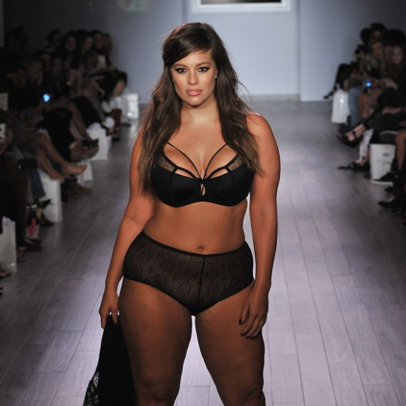 Ashley-Graham-Fashion-Week-sexy-sous-vetement-ronde