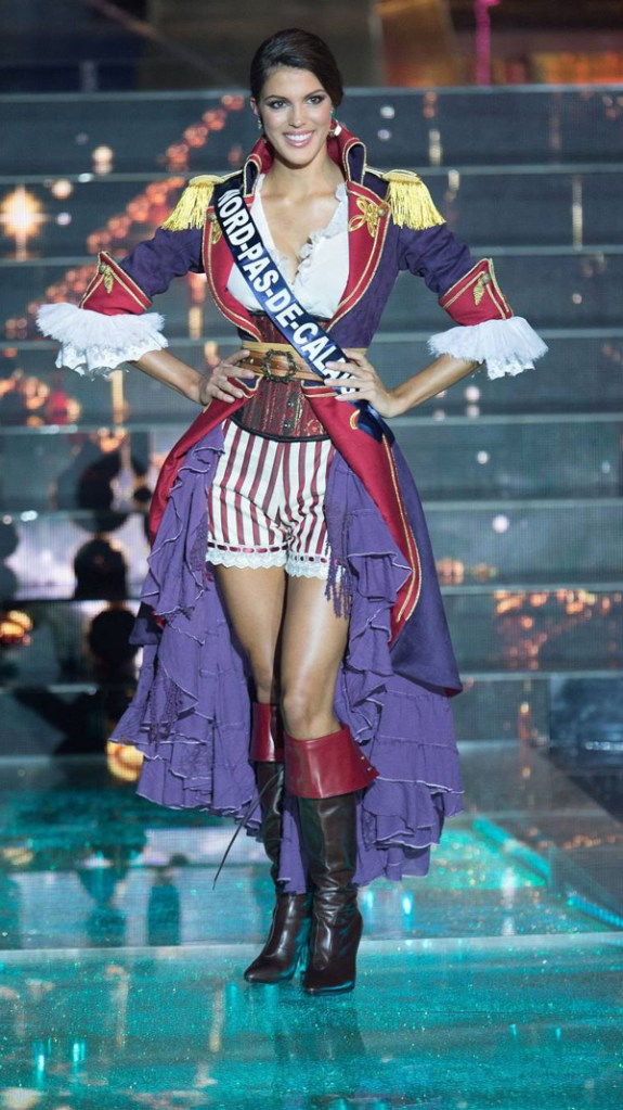 iris-mittenaere-en-tenue-de-pirate-defile-miss-2016