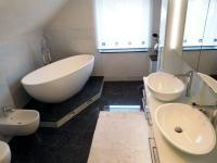 Kleines Badezimmer mit der freistehenden Badewanne Piemont ...