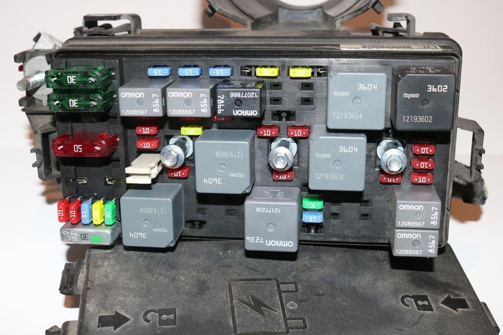 01-03 Buick Lesabre 38L Under hood Relay Fuse Box Block Panel