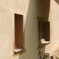 Enduit extérieur chaux aérienne et encadrements de fenêtre en chêne sur enduit isolant chaux-chanvre, en rénovation écologique d'une grange en Aveyron, par Pieds-Nus Habitat