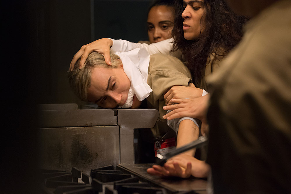 Orange Is the New Black: Piper sofre ameaça física nas fotos da 4ª temporada