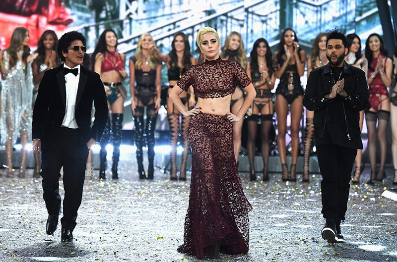 "Lady Gaga, Bruno Mars e The Weeknd divulgam ""clipes"" gravados no Victoria's Secret Fashion Show"
