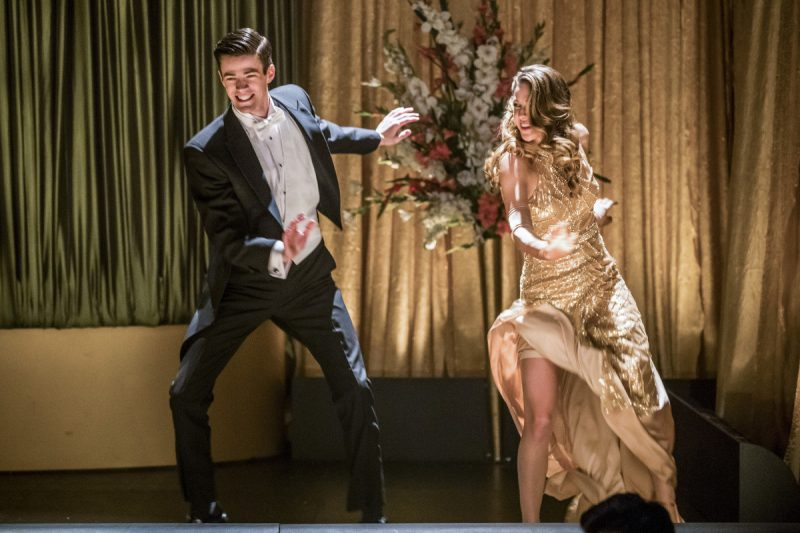 Grant Gustin e Melissa Benoist cantam numa cena do crossover musical  de The Flash e Supergirl