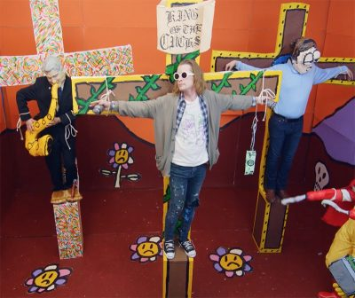 Macaulay Culkin vive Kurt Cobain crucificado em clipe de Father John Misty