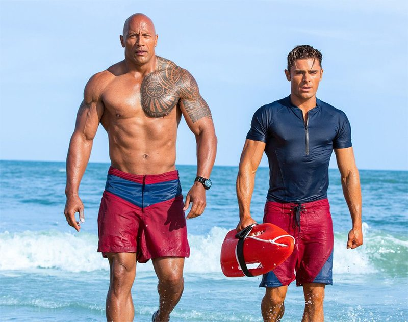 Dwayne Johnson zoa Zac Efron em cena legendada de Baywatch