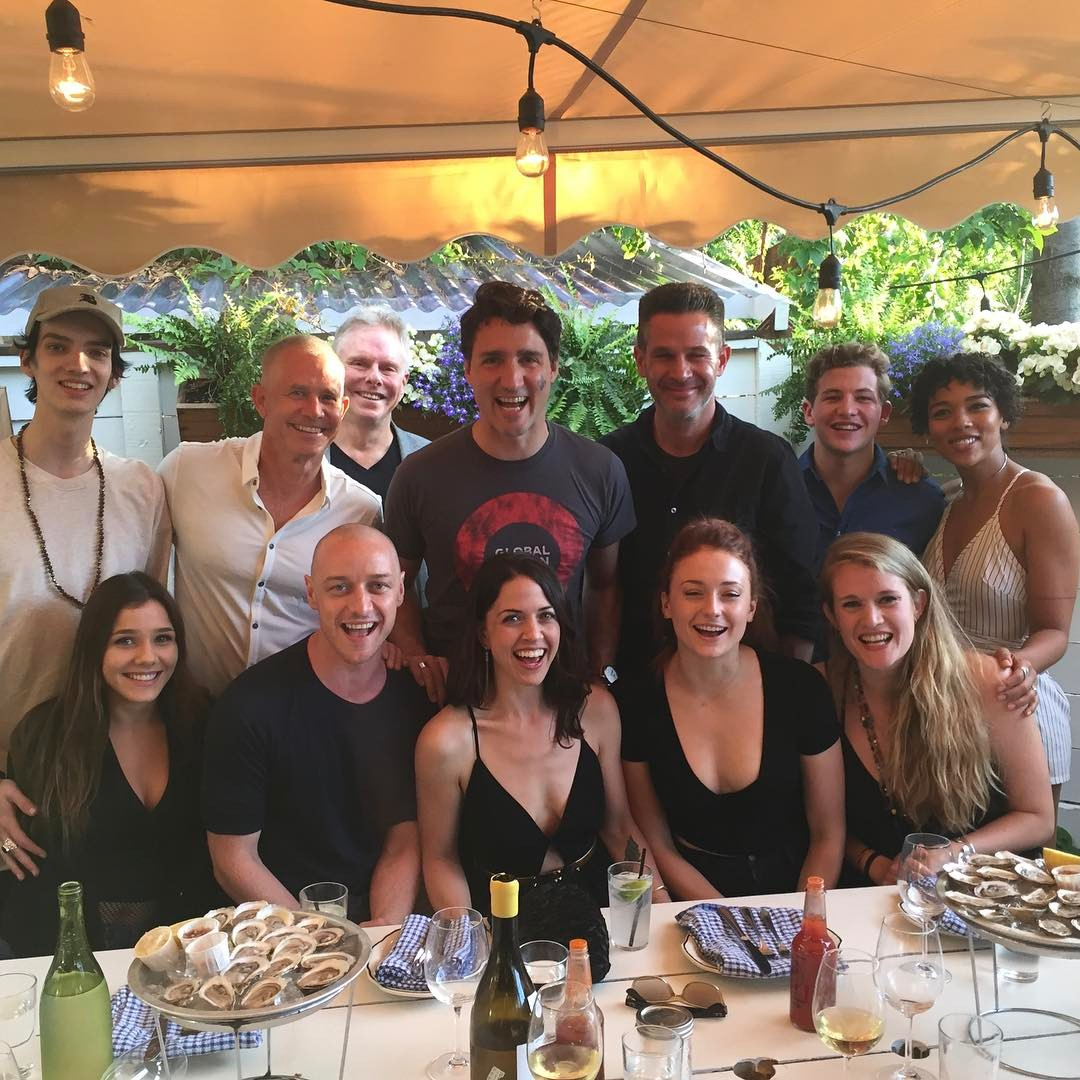 James McAvoy posta foto careca com o elenco de X-Men: Fênix Negra