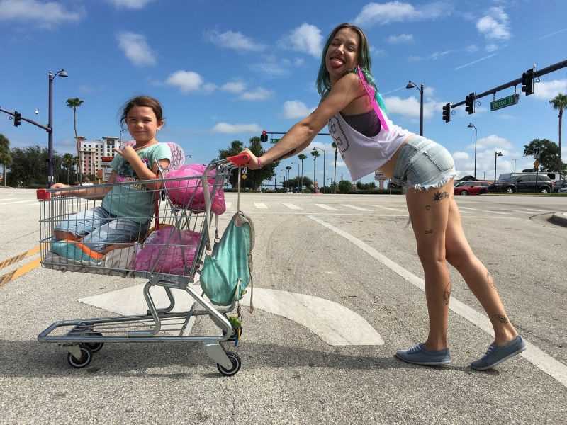 The Florida Project: Trailer do filme sobre a periferia do Disney World encanta com cores e crianças