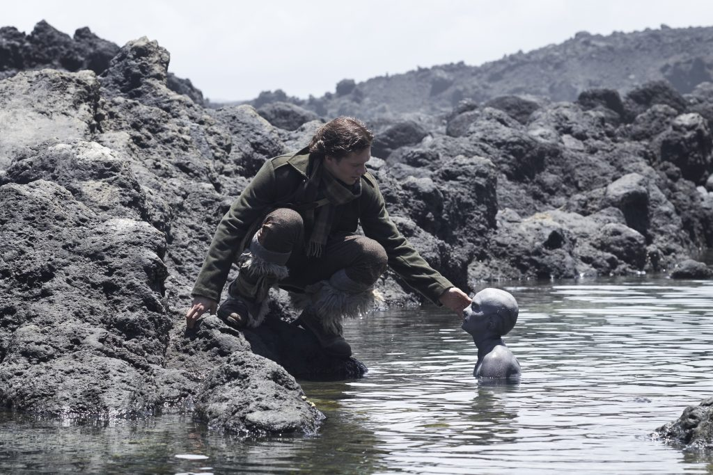 Cold Skin: Sereias assassinas atacam ilha isolada em trailer e fotos de terror europeu