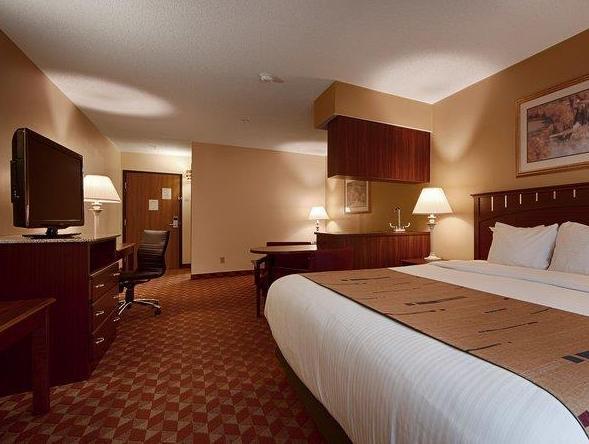 1 King Bed Best Western Crown Inn and Suites