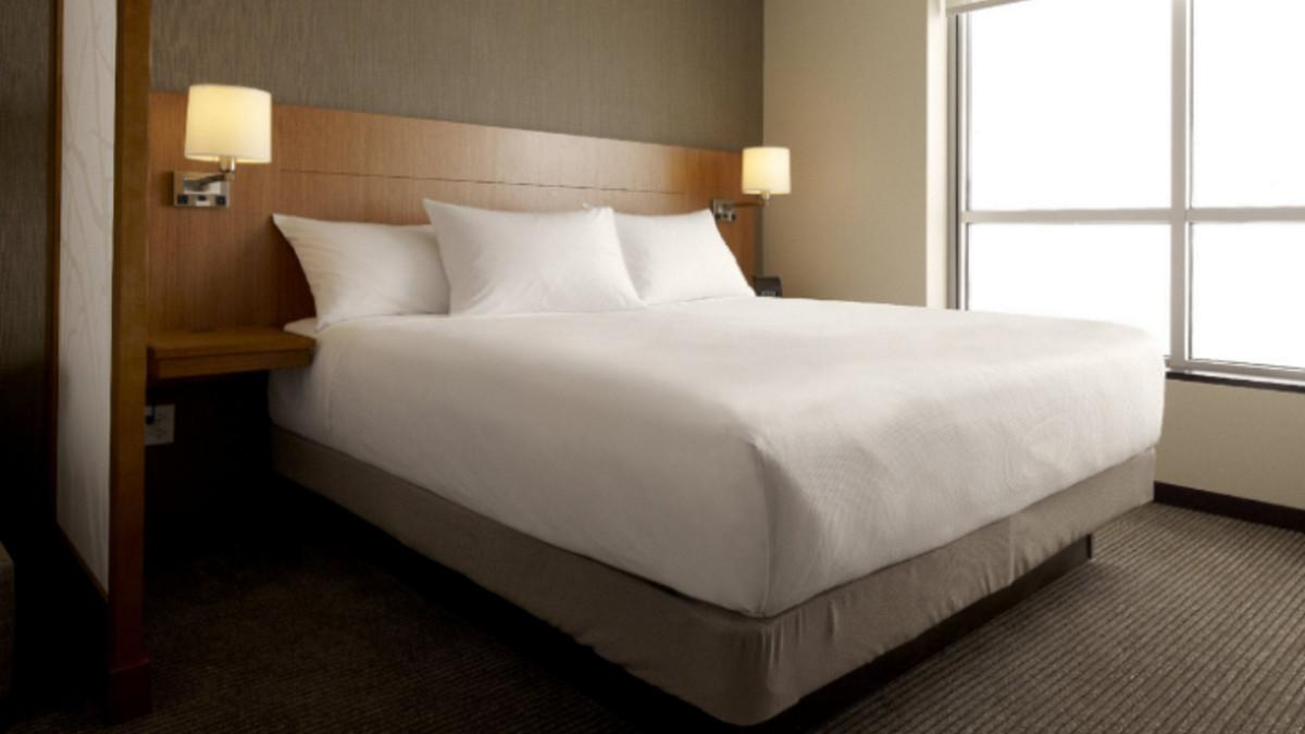 King Bed Hyatt Place Milwaukee Airport