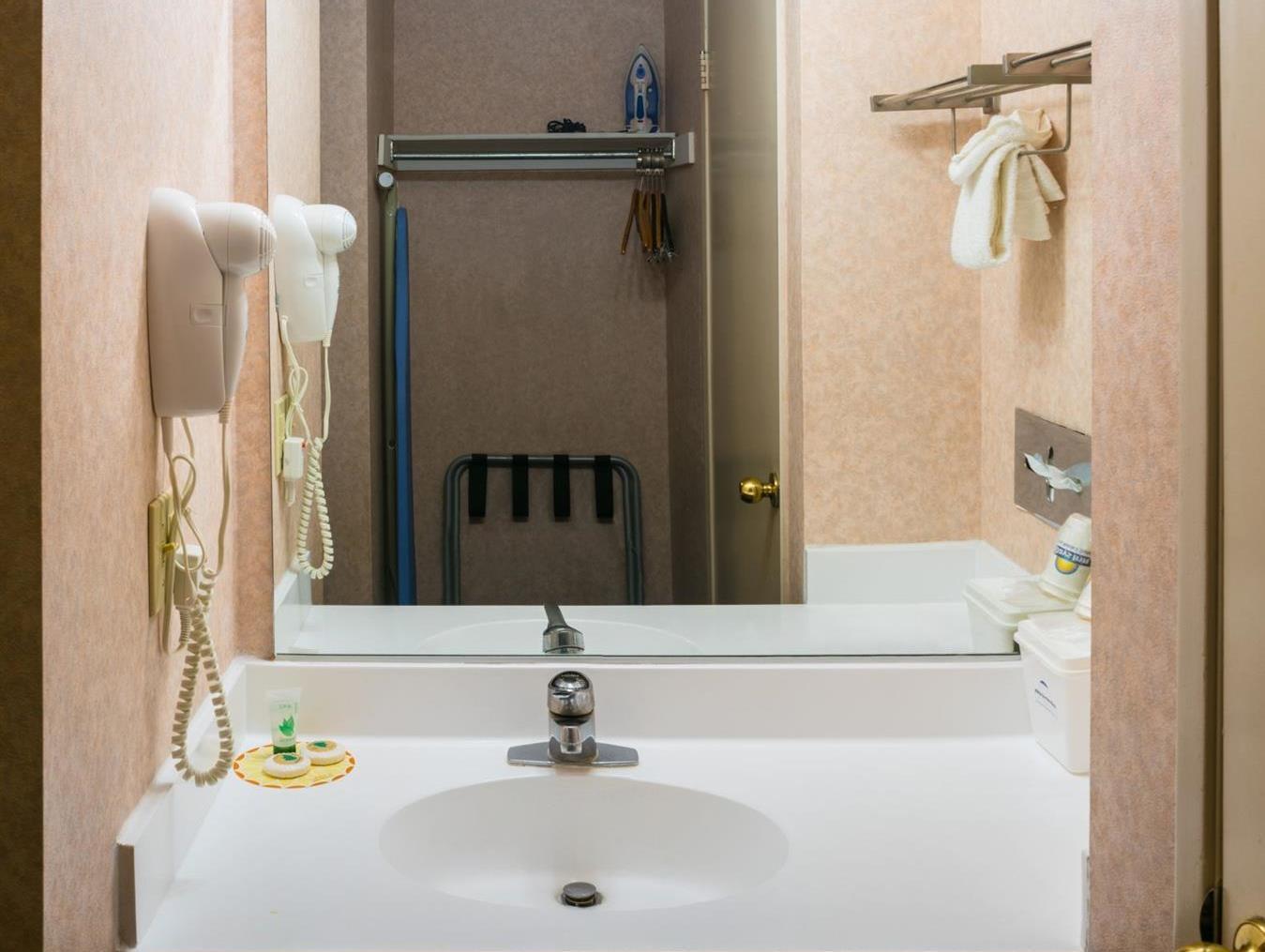 Hills Garden Hotel San Bernardino Photo Bathroom