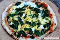Pizza mit Spinat und Ei