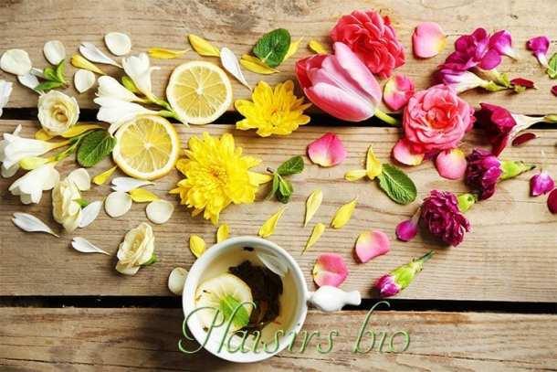 fleurs, fruits et infusion sur un plancher