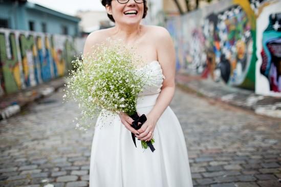 Casamento: noiva usa buquê diferente, de mosquitinho. Foto de: Fernanda e Sharon