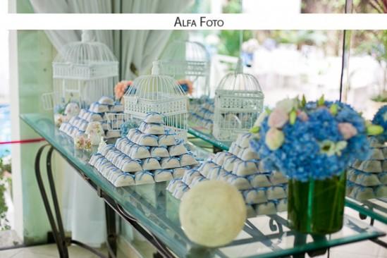Casamento com decoração da mesa do bolo floral azul e branca.