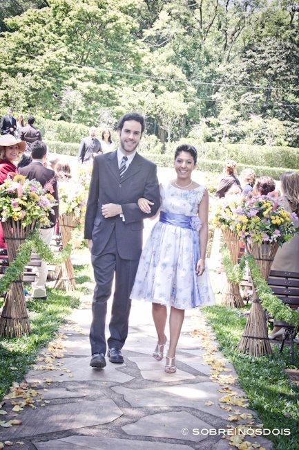 Vestido de madrinha de casamento no campo: florido, lavanda, faixa na cintura e curto. Foto: Sobre Nós Dois.