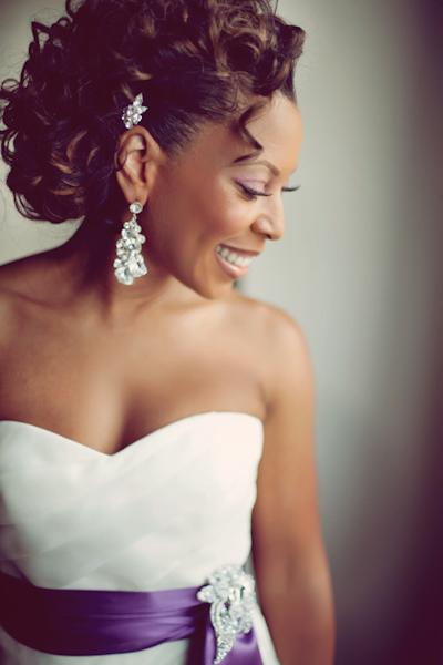 Penteado para noiva negra: cacheado. Foto do casamento: Project Duo.