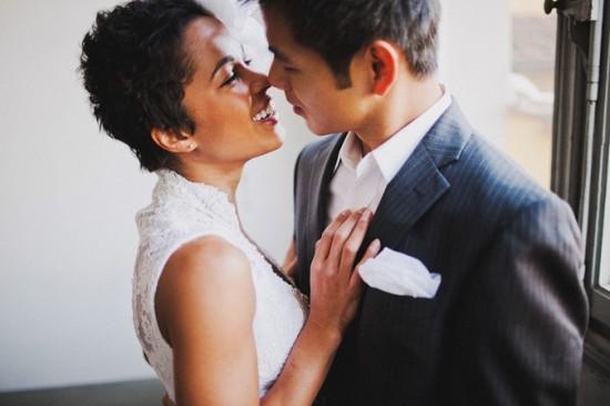 Penteado de noiva negra: cabelo curtinho e natural com arranjo de flor. Foto do casamento: Benj Haisch.