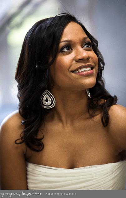 Penteado para noiva negra: solto e ondulado. Foto do casamento:Gregory Byerline.