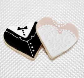 Biscoitos decorados em formato de noiva e noivo para casamentos. Foto: Large Sweetes Bakeshop.
