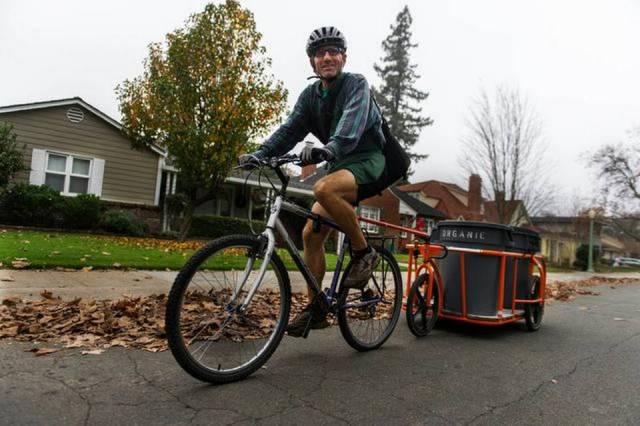 Scott Thompson, program director for ReSoil Sacramento, transports scraps collected from a local restaurant.  ANDREW SENG ASENG@SACBEE.COM