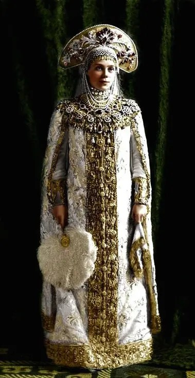 La grande duchesse Xenia Alexandrovna, soeur de Nicolas II, costumée en épouse de boyard