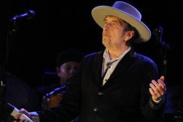 Bob Dylan apareció y aceptó el Premio Nobel de Literatura. Cúsica Plus
