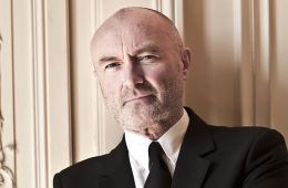 "Phil Collins tocó ""In The Air Tonight"" junto a The Roots en The Tonight Show. Cúsica Plus"