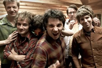 "Un grifo y un panquecito protagonizan el video de Wilco para ""Someone to Lose"". Cúsica Plus"