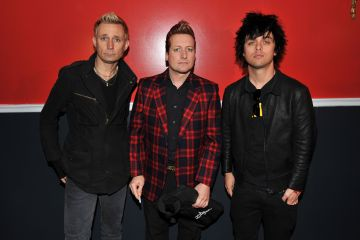 "Mira el video para ""Still Breathing"" de Green Day. Cúsica Plus"