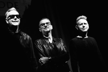 "Depeche Mode tocó ""Where's the revolution?"" en el show de Corden. Cusica plus."
