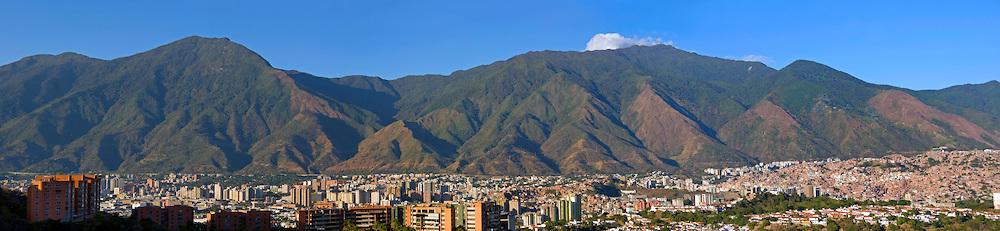 Panoramica del Avila (Parque Nacional Waraira Repano). Vista desde la urbanizacion Macaracuay. El parque Nacional El Avila esta localizado en la Cadena del Litoral dentro de la cordillera de la Costa, en el centro-norte de Venezuela. Se extiende desde Caracas, y todo el norte del estado Miranda. Caracas, 5 de Enero del 2010. (Jimmy Villalta / Orinoquiaphoto)
