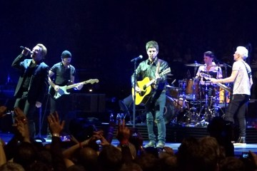 "U2 y Noel Gallagher tocan juntos ""Don't look back in Anger"" en Londres. Cusica Plus."